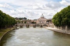 Der Tiber-Fluss mit St. Peters Basilica im Ba Stockbilder