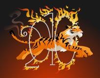 Der Tiger springend durch ein Band des Feuers. Lizenzfreie Stockfotografie