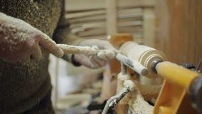 Der Tischler, der an der Maschine arbeitet, reiben heraus Stück Holz stock video footage