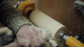 Der Tischler, der an der Maschine arbeitet, reiben heraus Stück Holz stock footage