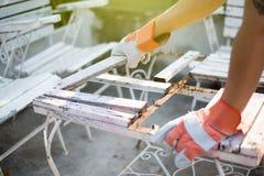Der Tischler repariert die Tabelle Lizenzfreies Stockbild