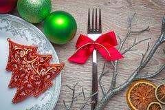Der Tischschmuck des neuen Jahres mit den grünen und roten Farben Stockfoto