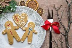 Der Tischschmuck des neuen Jahres mit Lebkuchenmännern Stockfotografie