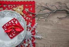 Der Tischschmuck des neuen Jahres mit Lebkuchenmann Stockfotografie