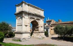 Der Titusbogen ist ein hochachtungsvoller Bogen des 1. Jahrhunderts, der auf über Sacra, Rom, Italien gelegen ist Lizenzfreie Stockbilder