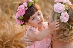 Der Tochter- und Mutterblick auf einander Stockfoto