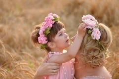 Der Tochter- und Mutterblick auf einander Stockfotografie