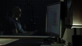 Der Toningenieur, der im Tonstudio arbeitet stock video footage