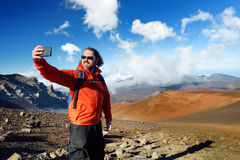 Der Tourist, der ein Foto von im Haleakala-Vulkankrater auf den gleitenden Sanden macht, schleppen, Maui, Hawaii Lizenzfreies Stockbild