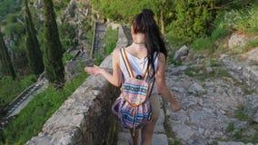 Der Tourist geht die Steintreppe hinunter stock footage