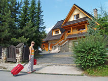 Der Tourist geht zu einem Landhaus zu Zakopane, Polen lizenzfreies stockfoto