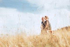 Der Tourist mit zwei Positiven bemannt Wege auf goldenem Feld lizenzfreie stockfotos
