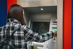 Der Tourist nimmt Geld vom ATM für weitere Reise zurück Finanzierung, Kreditkarte, Abhebung von Geld Sehen Sie meine anderen Arbe Stockfotos