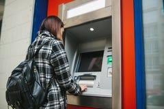 Der Tourist nimmt Geld vom ATM für weitere Reise zurück Finanzierung, Kreditkarte, Abhebung von Geld Sehen Sie meine anderen Arbe Lizenzfreie Stockbilder