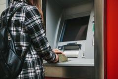 Der Tourist nimmt Geld vom ATM für weitere Reise zurück Finanzierung, Kreditkarte, Abhebung von Geld Sehen Sie meine anderen Arbe Lizenzfreies Stockbild
