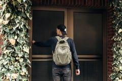 Der Tourist oder der Student mit dem Rucksack lizenzfreies stockfoto