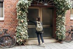 Der Tourist oder der Student mit dem Rucksack lizenzfreies stockbild