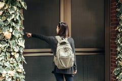 Der Tourist oder der Student mit dem Rucksack stockbild