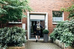 Der Tourist oder der Student mit dem Rucksack lizenzfreie stockbilder