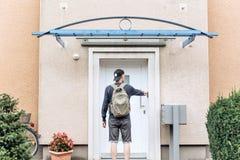 Der Tourist oder der Student mit dem Rucksack stockfoto