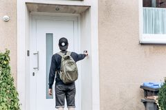 Der Tourist oder der Student mit dem Rucksack stockfotos