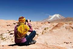 Der Tourist schaut durch Ferngläser in Richtung des Vulkans, Bolivien Stockbilder