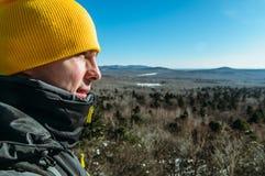 Der Tourist an der Spitze des Berges Lizenzfreie Stockfotografie
