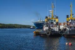 Der Towage des Nordseeriesen Millivolts hat begonnen Stockfotos