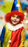 Der tragende Clown des Jungen Lizenzfreie Stockbilder