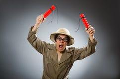 Der tragende Safarihut des Mannes im lustigen Konzept Stockbild