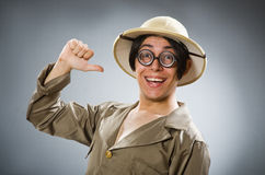 Der tragende Safarihut des Mannes im lustigen Konzept Stockfotografie
