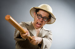 Der tragende Safarihut des Mannes im lustigen Konzept Lizenzfreies Stockfoto