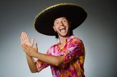 Der tragende Sombrero des jungen mexikanischen Mannes Lizenzfreies Stockfoto