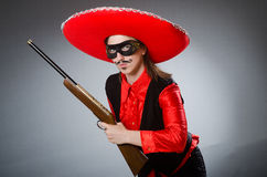 Der tragende Sombrerohut der Person im lustigen Konzept Stockbilder