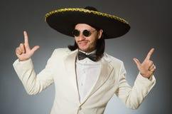 Der tragende Sombrerohut der Person im lustigen Konzept Lizenzfreie Stockfotos