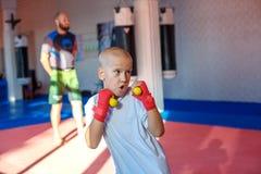 Der Trainer bildet die Boxershowstreiks aus stockbilder