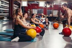 Der Trainer motiviert die Gruppe von Athleten lizenzfreie stockbilder