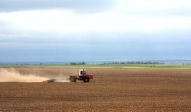 Der Traktor bereitet die Erde auf stockfotografie