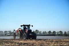 Der Traktor funktioniert auf einem Gebiet Lizenzfreie Stockfotos