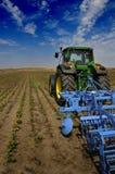 Der Traktor - moderne landwirtschaftliche Maschinen Stockfotografie