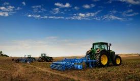 Der Traktor - moderne landwirtschaftliche Maschinen Lizenzfreies Stockfoto