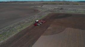 Der Traktor pfl?gt den Boden auf dem Feld zu Beginn der pflanzenden Jahreszeit Traktor steht auf dem Feld und stock video footage