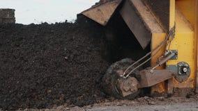 Der Traktor produziert Belüftung der Kompost Mischungen Humus und Düngemittel stock video