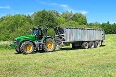Der Traktor Rad John Deeres 7930 mit dem Anhänger Lizenzfreies Stockfoto