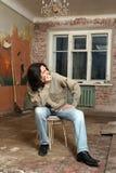 Der Traurigkeitsmann sitzen auf Stuhl Stockbild