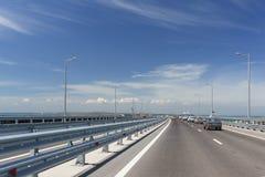 Der Trennstreifen der Krimbrücke an einem sonnigen Frühlingstag Lizenzfreies Stockbild