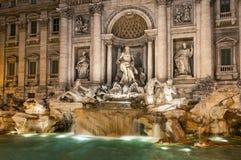 Der Trevi-Brunnen bis zum Nacht Stockbild