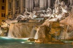 Der Trevi-Brunnen bis zum Nacht Lizenzfreie Stockfotografie