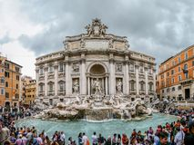 Der Trevi-Brunnen mit Touristen in Rom Italien Stockfotos