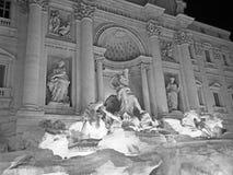 Der Trevi-Brunnen nachts Lizenzfreie Stockbilder
